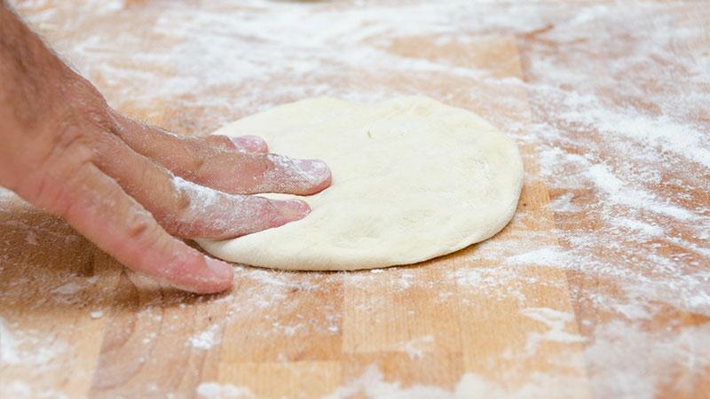 lage pizzadeig med tørrgjær